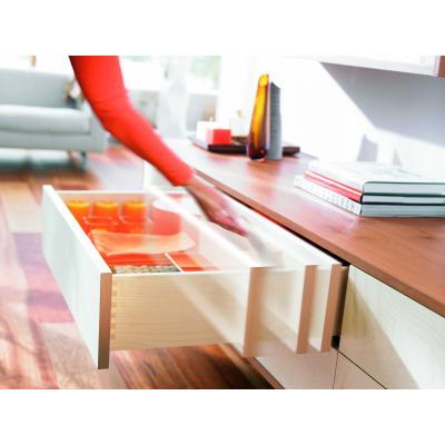 Mit TIP-ON öffnen grifflose Holzschubkästen einfach und bequem durch leichtes Antippen.