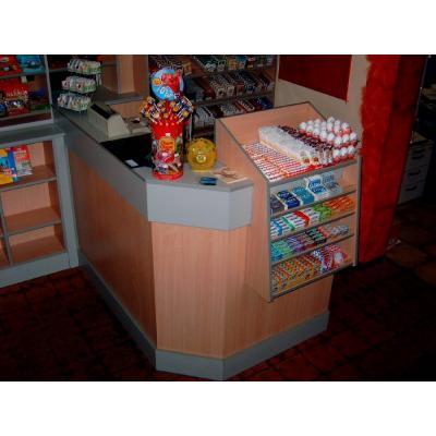 Verkaufsraum mit Theke für Kasse und kleinteil Verkauf.